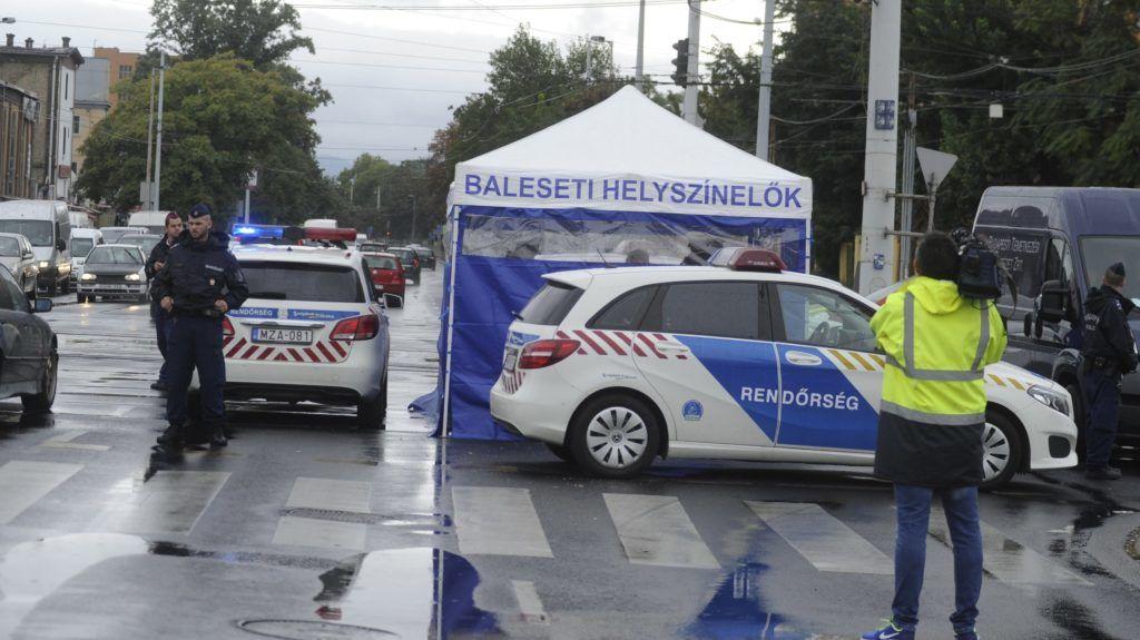 Budapest, 2018. augusztus 26. Baleseti helyszínelõk Budapesten, a Kõbányai út és a Könyves Kálmán körút keresztezõdésénél, ahol személyautó gázolt halálra egy nõt, majd egy másik autónak csapódott 2018. augusztus 26-án. MTI Fotó: Mihádák Zoltán