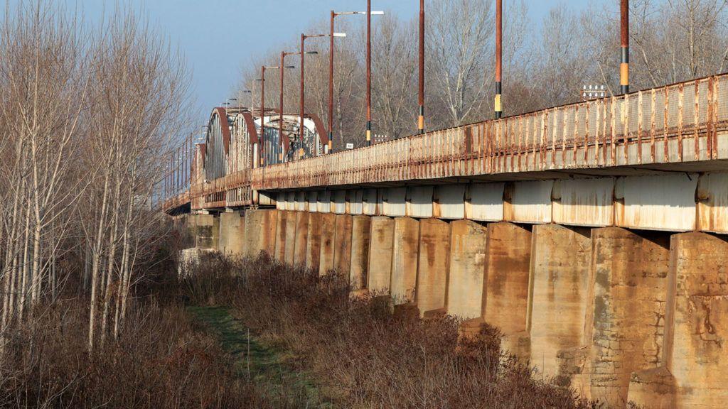 Kisköre, 2017. december 19.A 130 éves kiskörei Tisza-híd 2017. december 19-én, amelyet a MÁV Zrt. és a Magyar Közút Nonprofit Zrt. együttműködésének keretében felújítanak. A Kál-Kápolna-Kisújszállás vasútvonalon a vasúti, valamint Heves és Pusztataskony között a közúti forgalmat bonyolító, regionális jelentőségű vasúti és közúti híd műszaki állapota miatt a felújítás már elkerülhetetlen. A munkálatok várhatóan 2018 júniusában teljes vágány- és útzár mellett kezdődnek meg és a tervek szerint 5 hónapon át tartanak.MTI Fotó: Mészáros János