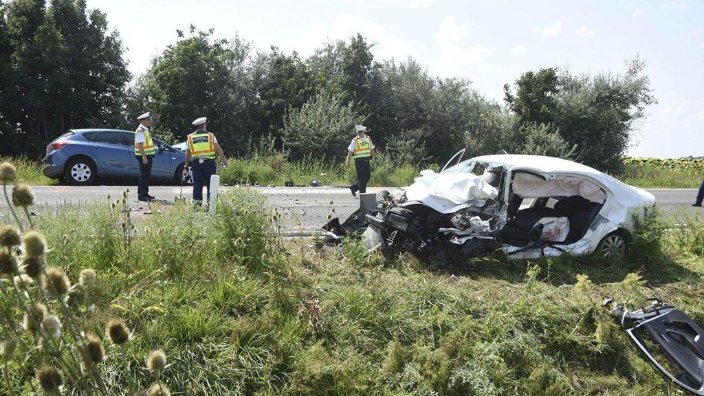 Szolnok, 2018. augusztus 3.Rendőrök helyszínelnek összetört személygépkocsiknál a 4-es főút 95-ös kilométerénél, Szolnoknál, ahol két autó frontálisan összeütközött 2018. augusztus 3-án. A balesetben egy ember meghalt, öten súlyosan, illetve életveszélyesen megsérültek.MTI Fotó: Mészáros János