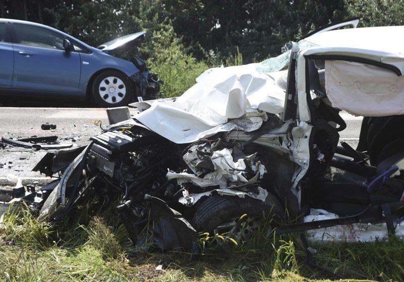 Szolnok, 2018. augusztus 3.Összetört személygépkocsik a 4-es főút 95-ös kilométerénél, Szolnoknál, ahol két autó frontálisan összeütközött 2018. augusztus 3-án. A balesetben egy ember meghalt, öten súlyosan, illetve életveszélyesen megsérültek.MTI Fotó: Mészáros János