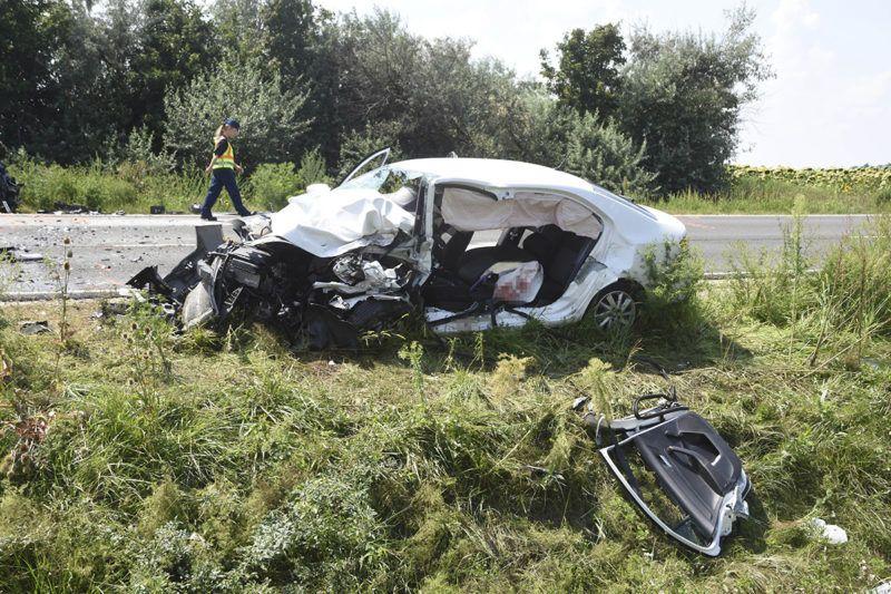 Szolnok, 2018. augusztus 3.Összetört személygépkocsi a 4-es főút 95-ös kilométerénél, Szolnoknál, ahol két autó frontálisan összeütközött 2018. augusztus 3-án. A balesetben egy ember meghalt, öten súlyosan, illetve életveszélyesen megsérültek.MTI Fotó: Mészáros János