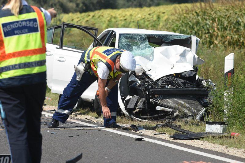 Szolnok, 2018. augusztus 3.Rendőrök helyszínelnek egy összetört személygépkocsinál a 4-es főút 95-ös kilométerénél, Szolnoknál, ahol két autó frontálisan összeütközött 2018. augusztus 3-án. A balesetben egy ember meghalt, öten súlyosan, illetve életveszélyesen megsérültek.MTI Fotó: Mészáros János