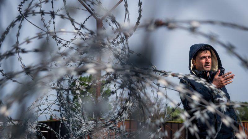 Kelebia, 2017. április 6. Egy menekült újságírókhoz beszél a magyar-szerb határ szerb oldalán, a vajdasági Kelebiánál, a tompai határátkelõ közelében 2017. április 6-án. MTI Fotó: Ujvári Sándor