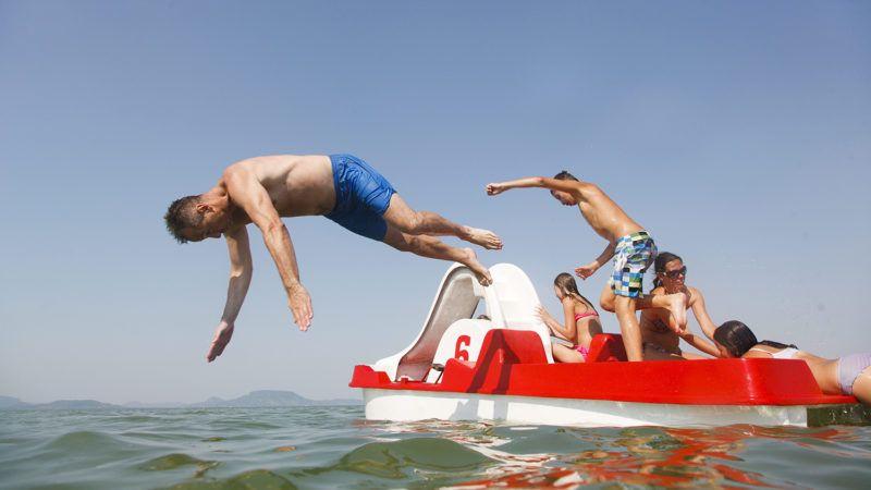 Balatonmáriafürdő, 2015. július 7.Fürdőzők a balatonmáriafürdői strandon 2015. július 7-én. Az országos tiszti főorvos július 4-től július 8-án éjfélig hőségriadót rendelt el, mert ebben az időszakban eléri vagy meghaladja a napi középhőmérséklet a 27 Celsius-fokot.MTI Fotó: Varga György