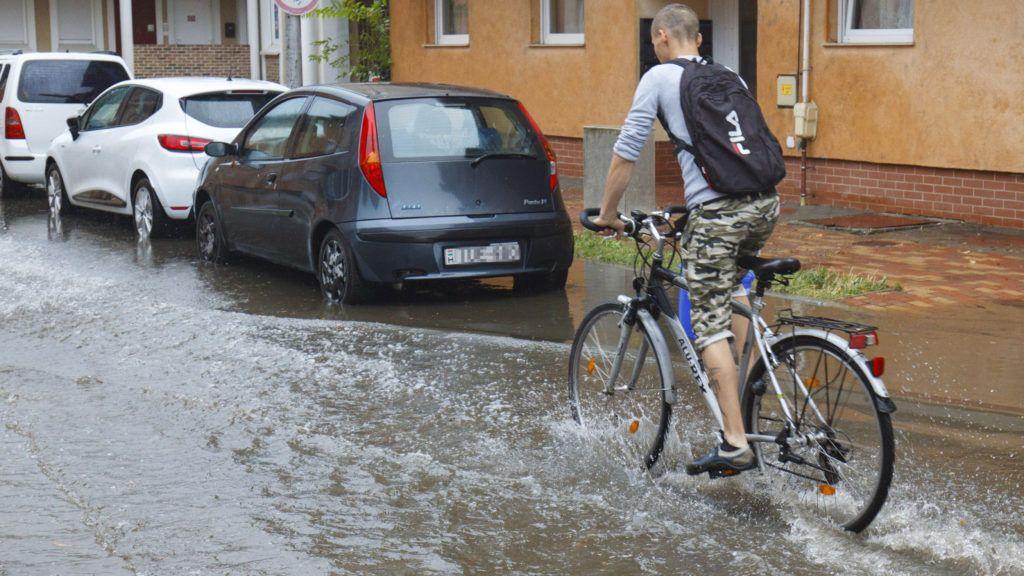 Nagykanizsa, 2018. augusztus 14. Felhõszakadás után vízzel elöntött utcában közlekedik egy kerékpáros Nagykanizsán 2018. augusztus 14-én. MTI Fotó: Varga György