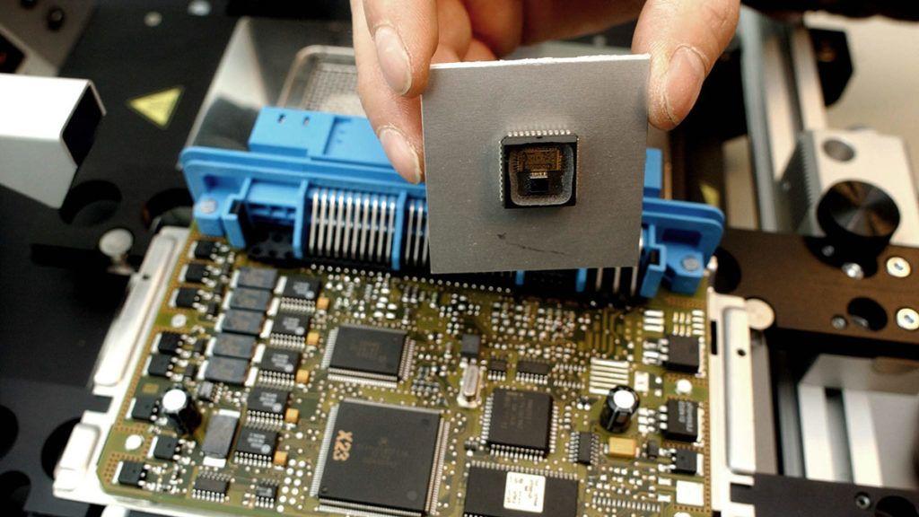 Budapest, 2008. október 20.A mikroelektronikai alkatrészek cseréje egy gépjárműből kiszerelt nyomtatott áramkörű lapon. Az Elektronikus Jármű és Járműirányítási Tudásközpont (EJJT) négy évvel ezelőtt alakult a Budapesti Műszaki és Gazdaságtudományi Egyetemen, és ma egyike a hazánkban működő 19 tudásközpontnak. A központban, a közelmúltban létrehoztak egy mechanikai laboratóriumot, amely Közép-Európában egyedülálló és az amerikai katonai szabványokban rögzített járművizsgálatok elvégzését is lehetővé teszi.MTI Fotó: Balaton József