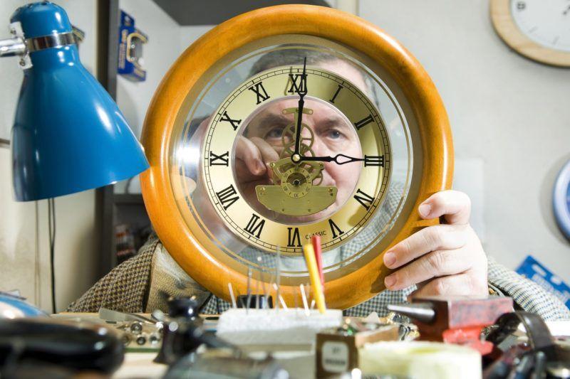 Nyíregyháza, 2009. október 22. Batta Elek nyíregyházi órásmester egy órát állít át mûhelyében. 2009. október 25-én kezdõdik a téli idõszámítás; az órákat hajnali három órakor 2 órára kell visszaállítani. MTI Fotó: Balázs Attila