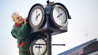 Nyíregyháza, 2010. október 28. Dankó József, a Városüzemeltetési Kht. munkatársa állít át egy órát Nyíregyháza belvárosában. 2010. október 30-ról 31-re virradó éjjel térünk át a téli idõszámításra; az órákat éjjel 3 órakor 2 órára kell állítani. MTI Fotó: Balázs Attila