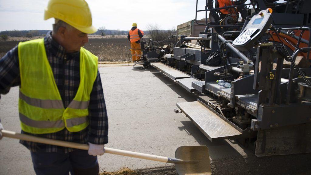 Ófehértó, 2012. április 11. Munkagép fekteti le a betonalapot az M3-as autópálya Nyíregyháza és a 49-es számú fõút között épülõ új szakaszán, Ófehértó közelében. A 34 kilométer hosszú szakasz a tervek szerint 2012 novemberének végére készül el, mintegy 32 milliárd forintos beruházásból. MTI Fotó: Balázs Attila
