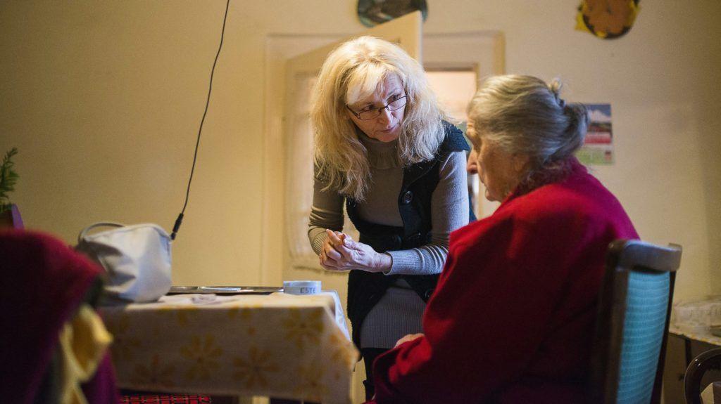 Nyíregyháza, 2013. december 2. Pócsi Tamásné kikészíti a gyógyszereit anyósának, a 94 éves Pócsi Lászlónénak nyíregyházi otthonukban 2013. december 2-án. A család nyolc éve részesül ápolási díjban, amelynek összege 2014. január 1-jétõl emelkedik. Több mint ötezer forinttal, csaknem nettó 40 ezer forintra nõ az emelt összegû ápolási díj, és a kormány bevezeti a kiemelt ápolási díjat, amelynek összege nettó 48 ezer forint lesz. MTI Fotó: Balázs Attila