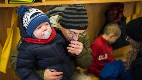 Nyíregyháza, 2017. január 6.Papp Endre megmelegíti fia, Papp Zsombor kezét az Eszterlánc Északi Óvoda Kerekerdő Tagintézményében a nyíregyházi Garibaldi utcában 2017. január 6-án. Reggel mínusz 14 Celsius-fok volt a városban, és napközben sem volt melegebb mínusz 10 Celsius-foknál.MTI Fotó: Balázs Attila