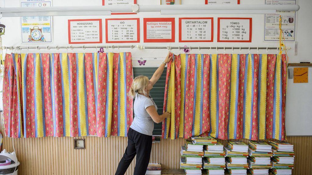 Salgótarján, 2018. augusztus 27.A szeptember eleji tanévkezdésre készíti elő az egyik tantermet Takács Szilvia tanító a Salgótarjáni Általános Iskola és Kollégiumban 2018. augusztus 27-én.MTI Fotó: Komka Péter