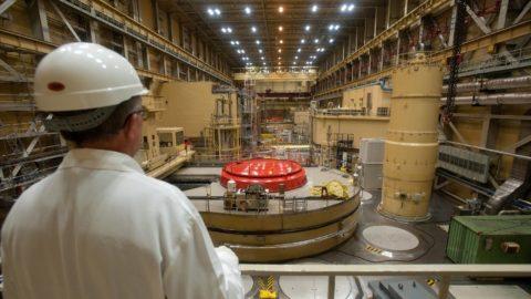 Paks, 2011. március 7. A Nemzetközi Atomenergia Ügynökség továbbképzésen részt vevõ munkatársa tanulmányozza az atomerõmû I-es blokkját. Az 1982 és 1987 között üzembe helyezett négy reaktorblokk 30 évre szóló üzemeltetési engedélyei az elkövetkezendõ években sorra lejárnak. A további 20 évig való mûködtetéséhez az I-es blokk esetében már idén kezdeményezni kell az üzemeltetési engedély megújítását. A távlati tervekben szerepel az atomerõmû bõvítése, amelynek keretében két új blokk megépítésére 2012 elején írják ki a tendert, a kiértékelése pedig 2013 elsõ felében várható. Az V. blokk üzembe helyezését 2020 után, a VI-ét 2025 utánra datálják, tervezett üzemidejük 60 év lenne. Így a paksi atomerõmû az ország villamosenergia-igényének 40-50 százalékát tudná biztosítani. A felvétel 2011. február 15-én készült. MTI Fotó: Koszticsák Szilárd