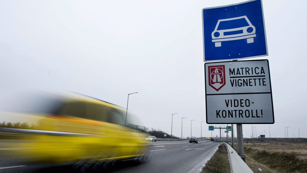 Vecsés, 2015. január 8.Személyautó halad az útdíjköteles Liszt Ferenc-repülőtérre vezető úton, a főváros irányába 2015. január 8-án.MTI Fotó: Koszticsák Szilárd