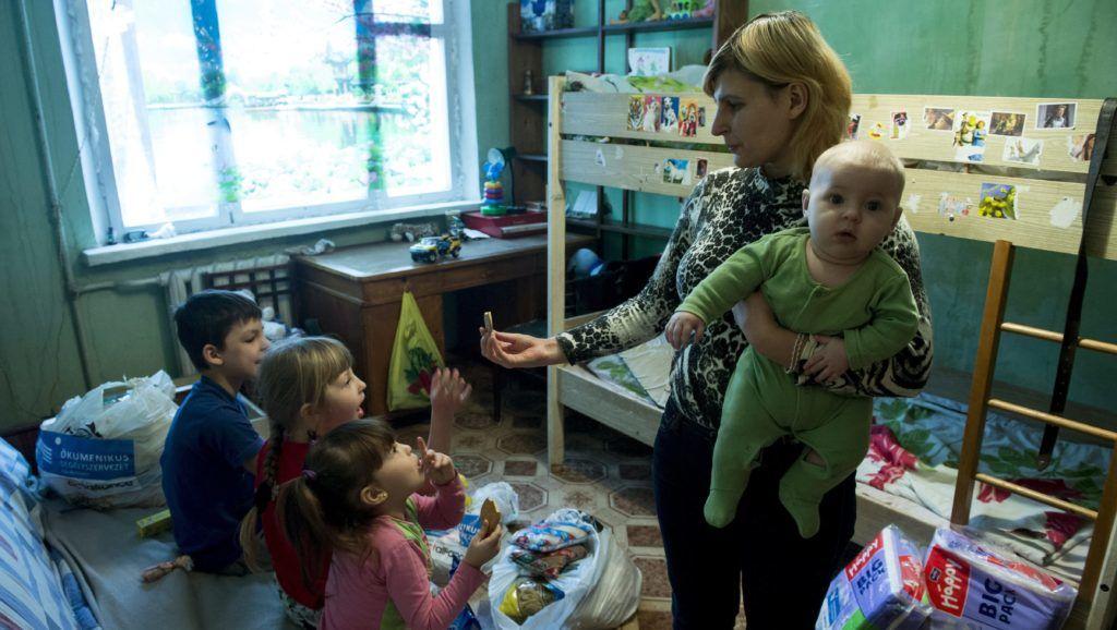 Harkiv, 2015. február 4. Natalija Vasziljevna Ivacsenko édességet ad gyerekeinek harkivi ideiglenes otthonukban 2015.  január 30-án. A négygyermekes asszony családjával menekült el hónapokkal ezelõtt Szlavjanszkból a harcok miatt, azóta semmit nem tud az otthonáról. A Magyar Ökumenikus Segélyszervezet segélycsomagot adott át a családnak. A genfi székhelyû nemzetközi segélyszövetség, az ACT Alliance támogatásával indított 70 millió forint összértékû humanitárius segítségnyújtásban közel hétezren, a délkelet-ukrajnai harcok elõl elmenekült nagycsaládosok kaptak élelmiszert és higiéniás csomagot Ukrajna hét régiójában. MTI Fotó: Koszticsák Szilárd