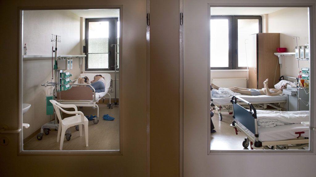 Budapest, 2015. november 16.Betegek pihennek 2015. augusztus 10-én a budapesti Egyesített Szent István és Szent László Kórház Gyermekhematológiai és Őssejt-transzplantációs Osztályán, ahol évente közel 45-50 gyermeken végeznek életmentő beavatkozást. A csontvelő-átültetést követő két-három hetes sejtmentes időszakban a régi csontvelő már nem, az új még nem működik, így a betegek immunrendszer nélkül élnek. Ezt az időszakot egy steril, elkülönítő boxban töltik. A Démétér Ház működését és az ott gyógyuló betegek életét mutatja be Koszticsák Szilárd, az MTVA/MTI fotóriportere november 19-én a Szent László Kórházban nyíló, Ilyen a box című kiállítása. A tárlattal a Démétér Ház új szárnyának felújítására gyűjtenek.MTI Fotó: Koszticsák Szilárd
