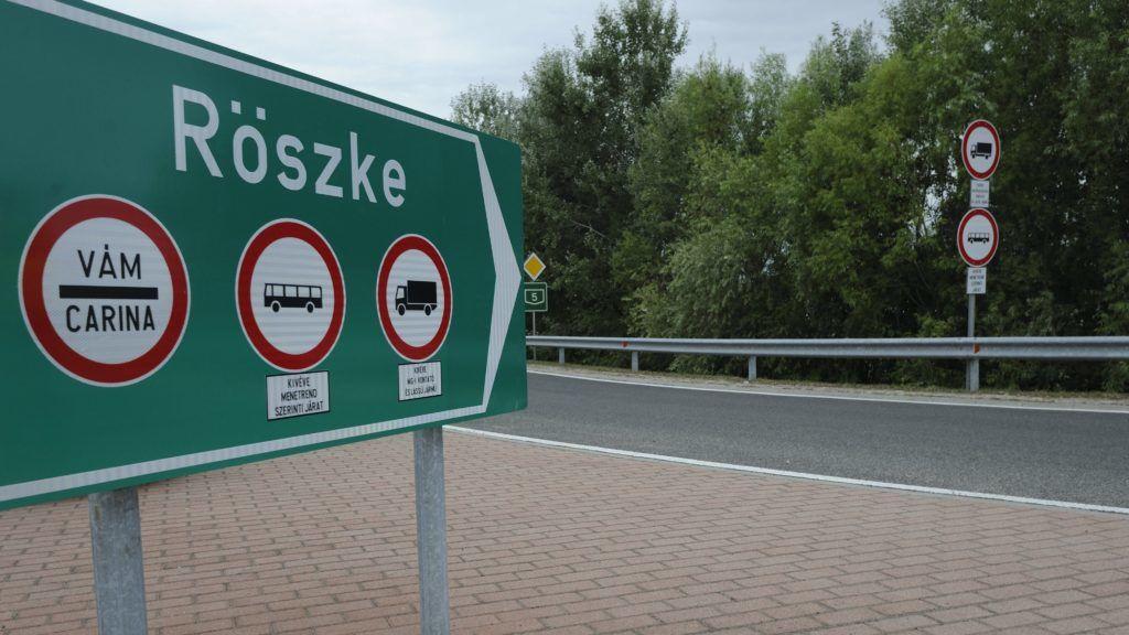 Röszke, 2015. július 31. Az újranyitott régi Röszke-Horgos határátkelõhelyet jelzõ tábla 2015. július 31-én. Az 5-ös úton található, kétszer kétsávos átkelõt az autópályáról letiltott jármûvek és augusztusban az autóbuszok kivételével a nemzetközi személyforgalom használhatja minden nap 7 és 19 óra között. MTI Fotó: Kelemen Zoltán Gergely