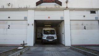 Budapest, 2015. április 23. Pénzszállító autó a Magyar Posta cége, a JNT Security Kft. budapesti központjában 2015. április 23-án. A Magyar Posta Zrt. és a JNT Security Kft. (JNT) április 22-én bejelentette, hogy a JNT pert indít az Értékszállítási és Õrzésvédelmi Dolgozók Szakszervezete (ÉÕDSZ), illetve egyes tisztségviselõi ellen, mert a cégek álláspontja szerint folyamatosan valótlan, a közvéleményt félrevezetõ, a JNT rossz hírnevét keltõ és üzleti érdekeit sértõ állításokat tesznek a bértárgyalásokról és a sztrájkról. Az ÉÕDSZ szerint a Magyar Posta Zrt. és a JNT Security Kft. a több valótlan állítást közölt a JNT dolgozóinak sztrájkjával kapcsolatban. MTI Fotó: Marjai János
