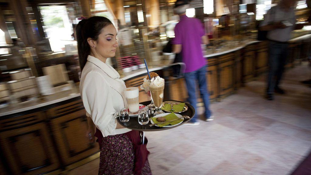 Budapest, 2011. augusztus 13.Egy felszolgáló italokat és fagylaltot visz a vendégeknek 2011. augusztus 12-én a Gerbeaud cukrászdában, az V. kerületi Vörösmarty téren.MTI Fotó: Marjai János