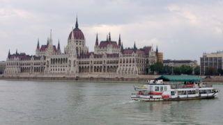 Budapest, 2012. szeptember 19.  A Pest-Buda nevû hajó fordul a Batthyány téri megállóból 2012. szeptember 19-én, a háttérben a Parlament. Idén nyáron indította el a Budapesti Közlekedési Központ (BKK) és a BKV a közforgalmú hajójáratokat. MTI Fotó: Sóki Tamás