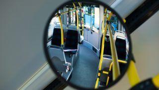 Pécs, 2013. augusztus 27. Egy tükörben látszódik új Credo Citadell típusú autóbusz belseje a Pannon Volán Zrt. pécsi telephelyén 2013. augusztus 27-én. A 15 új szóló autóbusz a pécsi buszcsereprogram részeként érkezett a városba. MTI Fotó: Sóki Tamás