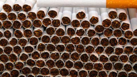 Vecsés, 2015. február 2. A Nemzeti Adó- és Vámhivatal (NAV) által 2015. február 10-én közreadott képen cigaretták a Vecsésen felszámolt illegális cigarettagyárban. A telephelyen 22 tonna dohányt és 2,3 millió szál cigarettát foglaltak le a pénzügyi nyomozók. Mindebbõl másfél millió doboz cigarettát lehetett volna elõállítani. Az eredetileg az Egyesült Arab Emírségekben gyártott, az angol piacon ismert Golden Mount márkájú cigaretta az angol piacon két és félmilliárd forintot ér. MTI Fotó: NAV