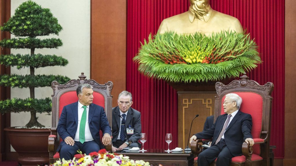 Hanoi, 2017. szeptember 25. A Miniszterelnöki Sajtóiroda által közzétett képen Orbán Viktor miniszterelnök (b) megbeszélést folytat Nguyen Phu Tronggal, a Vietnami Kommunista Párt fõtitkárával Hanoiban 2017. szeptember 25-én. MTI Fotó: Miniszterelnöki Sajtóiroda / Szecsõdi Balázs