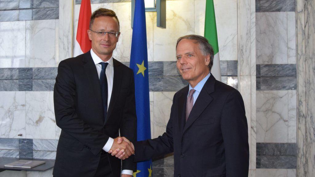 Róma, 2018. augusztus 23. A Külgazdasági és Külügyminisztérium (KKM) által közreadott képen Szijjártó Péter külgazdasági és külügyminiszter (b), valamint Moavero Milanesi olasz külügyminiszter találkozója Rómában 2018. augusztus 23-án. MTI Fotó: Kkm