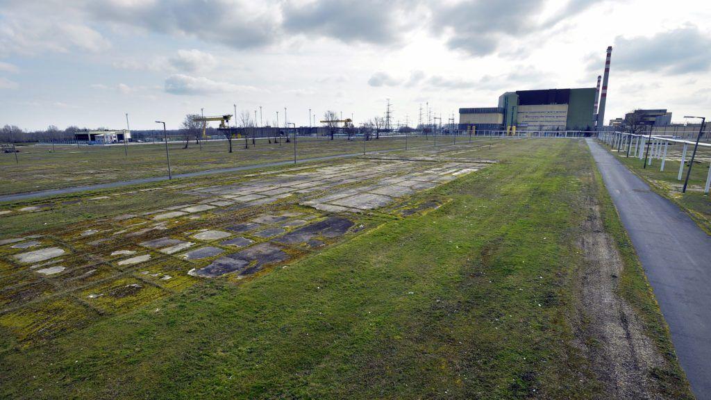 Paks, 2014. február 24. A Paks II. beruházás helyszíne, háttérben az atomerõmû 2014. február 24-én. MTI Fotó: Máthé Zoltán