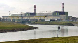 Paks, 2014. február 24. A paksi atomerõmû, elõtérben a Duna-víz csatorna 2014. február 24-én. MTI Fotó: Máthé Zoltán