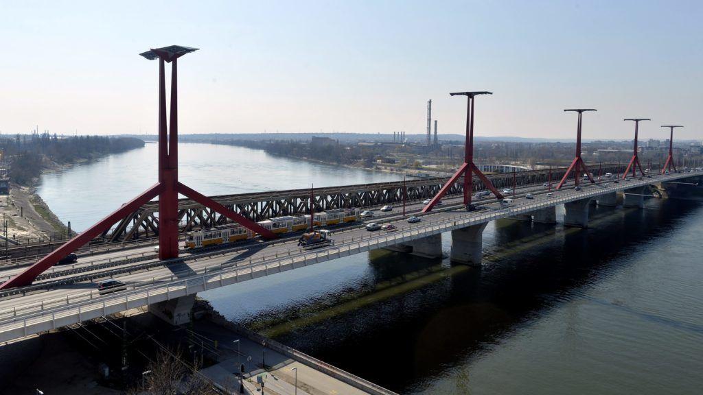 Budapest, 2015. március 20. Tatra típusú szerelvény az 1-es villamos Újbudáig meghosszabbított vonalán, Budapesten, a Rákóczi hídon 2015. március 20-án. MTI Fotó: Máthé Zoltán