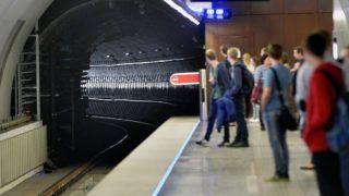 Budapest, 2015. április 13.Utasok várják az érkező szerelvényt a 4-es metró Fővám téri állomásán 2015. április 13-án. Ezen a napon az utasforgalomban is elkezdték tesztelni a 4-es metró automata vonatirányító rendszerét. A kéthetes teszt során a szakemberek azt vizsgálják, hogy fennakadások esetén járműkísérői beavatkozás nélkül a központi, illetve az állomási diszpécserek mennyi idő alatt tudják az adott hibát megtalálni és elhárítani.MTI Fotó: Máthé Zoltán