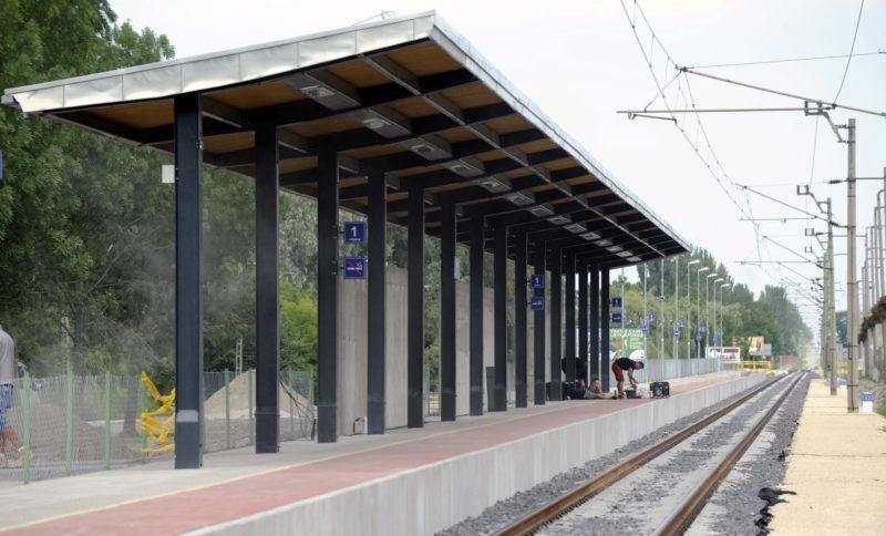Zamárdi, 2015. június 17. Zamárdi vasúti megállóhely 2015. június 16-án. A napokban adták át a Lepsény és Szántód-Kõröshegy közötti korszerûsített vasúti vonalszakaszt. MTI Fotó: Máthé Zoltán