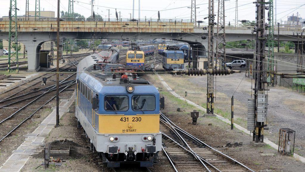 Budapest, 2015. június 17. Személyvonat érkezik a Ferdinánd híd alatt a Nyugati pályaudvarra 2015. június 17-én. Halaszthatatlan karbantartási munkák miatt június 22-tõl július 5-éig két hétre bezár a naponta 60-70 ezer utast fogadó pályaudvar, a MÁV Zrt. közlése szerint a majdnem 290 millió forintba kerülõ felújítások jelentõsen javítják majd a pályaudvar színvonalát és a vonatok menetrendszerû közlekedését. MTI Fotó: Máthé Zoltán