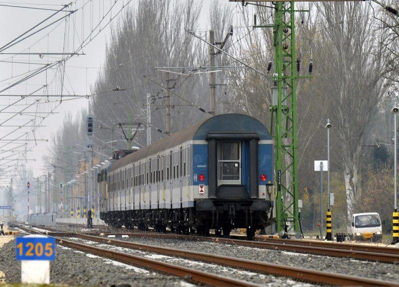 Zamárdi, 2015. november 17. Egy személyvonat a Zamárdi felsõ vasútállomásnál 2015. november 17-én. Felavatták a Lepsény-Szántód-Köröshegy vasútvonal 32 kilométer hosszan megújult szakaszát. MTI Fotó: Máthé Zoltán