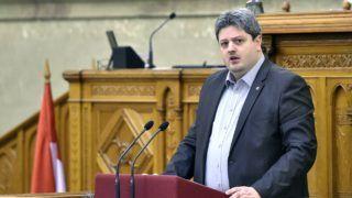 Budapest, 2016. december 7. Bárándy Gergely, az MSZP vezérszónoka reagál a legfõbb ügyész 2015-ös beszámolójára az Országgyûlés plenáris ülésén 2016. december 7-én. MTI Fotó: Máthé Zoltán