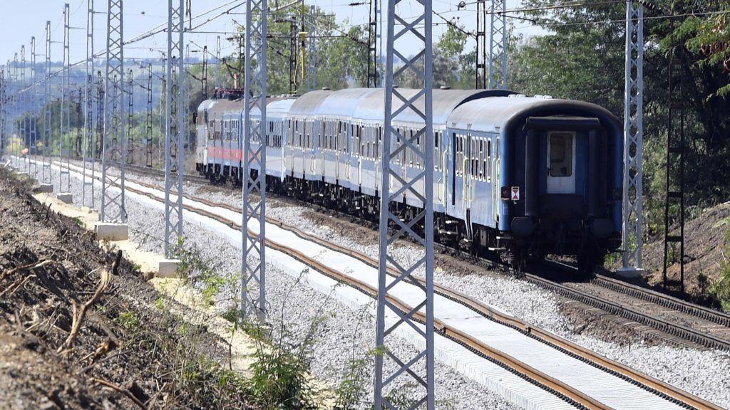 Tura, 2018. augusztus 7. Gyorsvonat Tura közelében, balra az Aszód és Hatvan közötti vasútvonal felújítása részeként újonnan lefektetet pályaszakasz 2018. augusztus 7-én. MTI Fotó: Máthé Zoltán