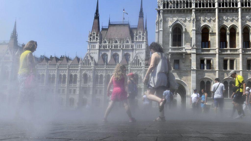Budapest, 2018. augusztus 8. A hõség miatt a párásító berendezésnél hûsölõk Budapesten, a Kossuth téren 2018. augusztus 8-án. A tartós hõség miatt az Országos Meteorológiai Szolgálat másodfokú a figyelmeztetést adott ki Budapest, Pest, Fejér, Gyõr-Moson-Sopron, Komárom-Esztergom és Veszprém megye területére, ahol a napi középhõmérséklet 27 fok felett alakulhat. Az ország többi megyéjében elsõfokú figyelmeztetés van érvényben. MTI Fotó: Máthé Zoltán