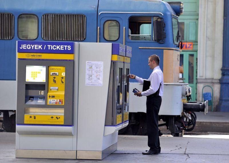 Budapest, 2013. augusztus 6. Egy utas jegyet vásárol a MÁV-START új jegykiadó automatájából a Nyugati pályaudvaron 2013. augusztus 6-án. A vasúttársaság negyvenhét új jegykiadó automatát telepített a Budapest és Szolnok közötti elõvárosi vasútvonalakon, amelyek a belföldi vasúti jegyek, bérletek vásárlására, és az interneten vett jegy nyomtatására alkalmasak. MTI Fotó: Bruzák Noémi