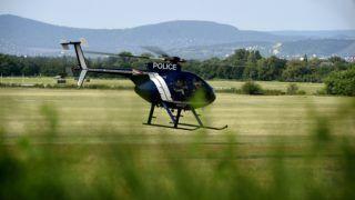 Dunakeszi, 2016. augusztus 24. Egy McDonnell Douglas MD 500 típusú rendõrségi helikopter száll fel a dunakeszi repülõtérrõl a parlagfû elleni védekezés aktuális eredményeirõl és a légi felderítés menetérõl tartott sajtótájékoztatón 2016. augusztus 24-én. MTI Fotó: Bruzák Noémi