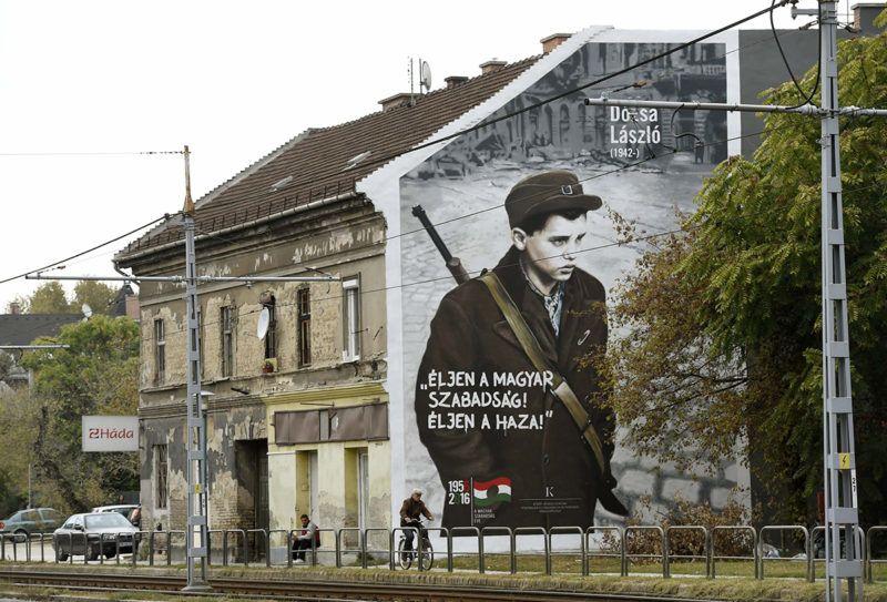 Budapest, 2016. október 13.Az 1956-os forradalom és szabadságharc 60. évfordulója alkalmából készített, Dózsa Lászlót ábrázoló falfestés a XIV. kerület Nagy Lajos király útja 155. szám alatti társasház falán 2016. október 13-án. Az akkor 14 éves forradalmárt az ÁVH-sok úgy megverték, hogy a klinikai halál állapotába került, majd tömegsírba temették. A sírásó észrevette, hogy mozog és – a tiltás ellenére – megmentette attól, hogy élve eltemessék. A kádári megtorlás során nem találták meg, mivel a nyilvántartásban kartonján az szerepelt, hogy meghalt és eltemették.MTI Fotó: Bruzák Noémi