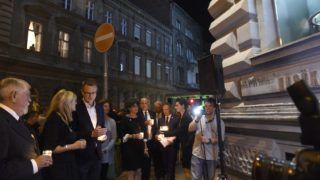 Budapest, 2018. augusztus 23. Kásler Miklós, az emberi erõforrások minisztere (b), Schmidt Mária, a budapesti Terror Háza Múzeum fõigazgatója (b2) és Rétvári Bence, az Emberi Erõforrások Minisztériumának (Emmi) parlamenti államtitkára (b3) mécsest gyújt a múzeumnál a totalitárius diktatúrák áldozatainak európai emléknapja alkalmából tartott rendezvényen 2018. augusztus 23-án. MTI Fotó: Bruzák Noémi