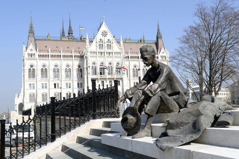 Budapest, 2014. március 14.József Attila szobra a megújult Kossuth téren 2014. március 14-én.MTI Fotó: Soós Lajos