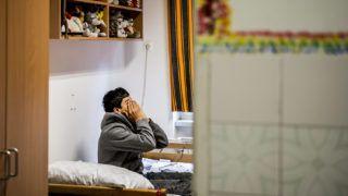 Fót, 2015. szeptember 11.Afgán fiatal a fóti Károlyi István Gyermekközpont kísérő nélküli kiskorúak gyermekotthonában 2015. szeptember 11-én. Az intézményben tartott sajtótájékozatón Czibere Károly, az Emberi Erőforrások Minisztériumának (Emmi) szociális ügyekért és társadalmi felzárkózásért felelős államtitkára elmondta, hogy az elmúlt időszak számos intézkedésének köszönhetően a magyar gyermekvédelem felkészült a kísérő nélkül érkező gyermekek fogadására és ellátására.MTI Fotó: Bodnár Boglárka