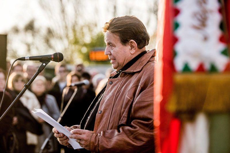 Budapest, 2016. november 4.Dózsa László színművész beszédet mond az ország első nemzetőrszobrának felavatásán, a kerület önkormányzata, a Rákosmenti '56-os Alapítvány és a Rákoskeresztúri Polgári Kör közös megemlékezésén a XVII. kerületi Kucorgó téren az 1956-os forradalom és szabadságharc leverésének és a szovjet csapatok bevonulásának 60. évfordulóján, a nemzeti gyásznapon, 2016. november 4-én.MTI Fotó: Balogh Zoltán