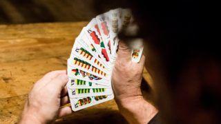 Budapest, 2016. december 29. A magyar kártya napja alkalmából rendezett találkozó egyik résztvevõje kártyalapokat tart kezében egy budapesti kocsmában 2016. december 29-én. MTI Fotó: Balogh Zoltán