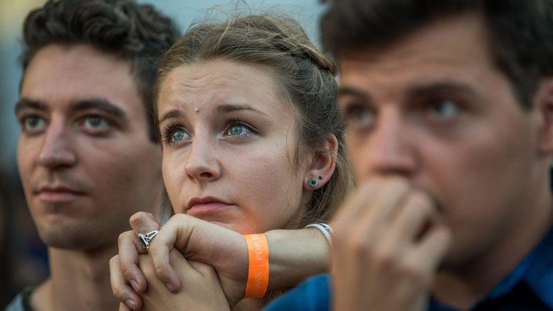 Budapest, 2018. július 25.Fiatalok a felsőoktatási ponthatárok bejelentésén, a Pont Ott Parti rendezvényen a Rio Budapest szórakozóhelyen 2018. július 25-én. A bejelentéssel eldőlt, hogy a csaknem 108 ezer jelentkező közül hányan kerülnek be az általános eljárásban egyetemre, főiskolára.MTI Fotó: Balogh Zoltán