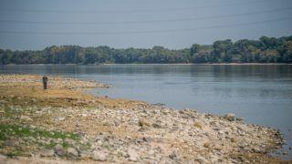 Ercsi, 2018. augusztus 23. A Duna Ercsinél 2018. augusztus 23-án. Az elmúlt napokban több helyen is megdõlt a Dunán a valaha mért legalacsonyabb vízállás rekordja. Ercsinél mínusz 67 centimétert regisztráltak augusztus 21-én, az eddigi rekord az 1970-ben mért mínusz 36 centiméter volt. MTI Fotó: Balogh Zoltán
