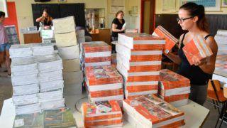 Debrecen, 2018. augusztus 7. Tankönyveket válogatnak a debreceni Kazinczy Ferenc iskolában 2018. augusztus 7-én. A Könyvtárellátó Nonprofit Kft. (Kello) augusztus végéig szállítja ki az intézményekbe a tizenkét és félmillió tankönyvet. MTI Fotó: Czeglédi Zsolt