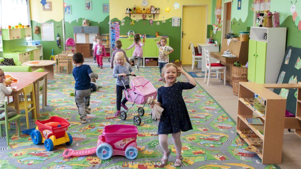 Bõs, 2017. szeptember 25. Gyerekek játszanak a bõsi Magyar Tanítási Nyelvû Óvodában 2017. szeptember 25-én. Az intézményben ezen a napon elindították és bemutatták a Kárpát-medencei óvodafejlesztési program felvidéki részét. A program, amely részben követi, részben pedig párhuzamosan fut a magyarországi óvoda- és bölcsõdefejlesztési programokkal, Trianon óta a határon túli óvodákat célzó legnagyobb befektetés, anyagi kerete 17,1 milliárd forint. MTI Fotó: Krizsán Csaba